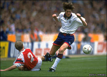 Anderton avoids a tackle from Norway's Henning Berg in his third international