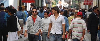 Cubanos en una calle de La Habana
