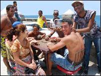 J�venes cubanos en la playa