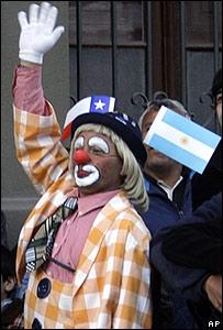 Payaso con banderas de Chile y Argentina