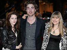 Catherine Hardwicke (right) with Twilight stars Kristen Stewart and Robert Pattinson
