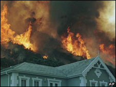 A mountain fire blazes houses near Simons Town, Cape Town (Archive pic)