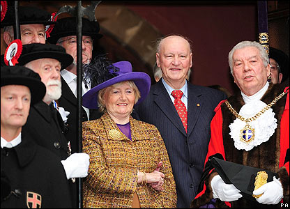 Sir Bobby Robson accepts the freedom of his home city of Durham in 2008