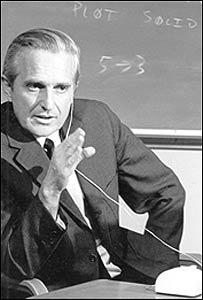 El doctor Doug Engelbart, del Instituto de Investigaciones de Stanford