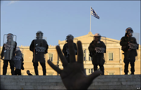Greek riot police protect parliament in Athens on 9 December 2008