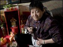 Una de las mujeres que ofrecen sus servicios bajo el puente. Foto: Jin Nan