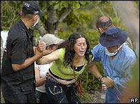 """Una madre llora por el hallazgo del cad�ver su hijo, presentado como guerrillero por el ej�rcito en el caso de los """"falsos positivos""""."""