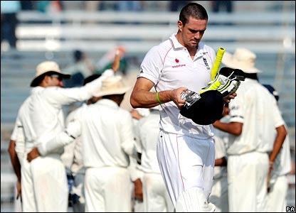 Pietersen trudges back to the pavilion