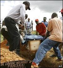 Похороны умерших от холеры в Зимбабве