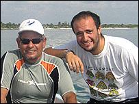 Guillermo Jordán-Garza (izq.) junto al Dr. Eric Jordán Dahlgren, jefe del Laboratorio de Sistemas Arrecifales