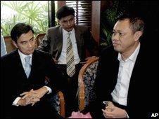Abhisit Vejjajiva, left, listens to Newin Chidchob, right ( Tues 9th Dec)