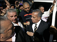 Manuel Rosales arrives at the state prosecutor's office in Caracas (11 December 2008)