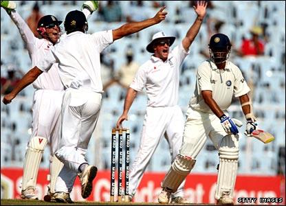 England celebrate Dravid's dismissal