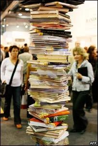 Columna de libros en la Feria del libro de Francfort 2008