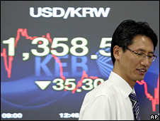 Currency trader near screen showing fall of South Korean won (11 December 2008)