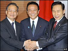 Japanese Prime Minister Taro Aso (C) shakes hands with Chinese Premier Wen Jiabao (L) and South Korean President Lee Myung-bak