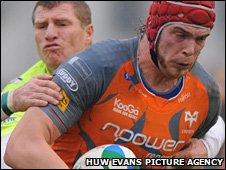 Alun Wyn Jones heads for the line in Treviso