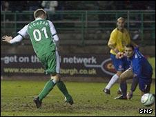 Derek Riordan scores for Hibernian