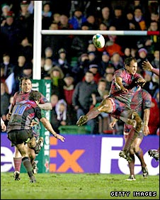 Nick Evans lands the winning drop-goal for Harlequins against Stade Francais