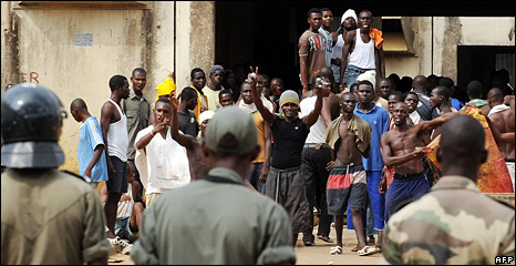Police watch prisoners at the Abidjan Detention and Correction Centre (13 December 2008)