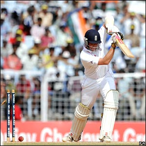 Graeme Swann loses his leg stump