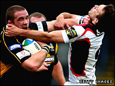 Phil Vickery holds off Edinburgh's Mike Blair
