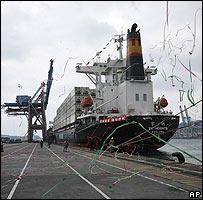 Un barco de cargo se prepara para zarpar de Taiwán a China el 15 de diciembre