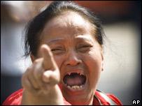 Una manifestante del PPP reacciona con enfado tras elecci�n del nuevo primer ministro