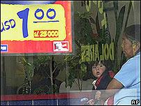 Aviso de precio en dólares en Ecuador. Foto de archivo.