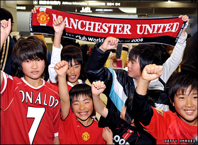 Japanese Manchester United fans await the team's arrival in Tokyo