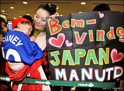 Japanese fans welcome Manchester United to Tokyo