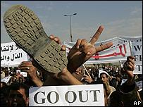 Protestas mostrando un zapato