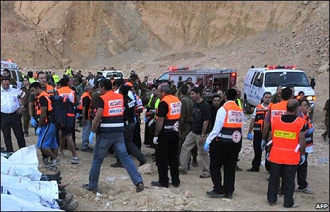 Emergency workers at the scene of the bus crash in southern Israel (16/12/2008)