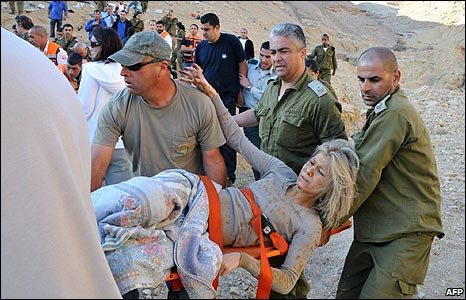 Emergency workers carry an injured person to safety after a bus crash in southern Israel (16/12/2008)