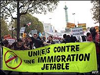 En octubre, miles de personas salieron a protestar en París contra las políticas migratorias de la Unión Europea.