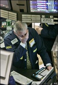 Un agente de bolsa mira las pantallas con inquietud.
