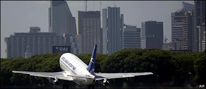 Avión de Aerolineas Argentinas despegando en Buenos Aires