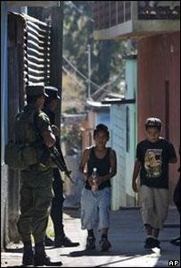 Soldados y policías patrullan el barrio El Milagro en Mlxo, Guatemala