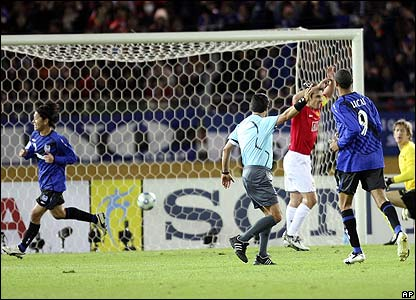 Yamazaki celebrates his goal