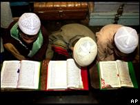 Niños leen el Corán