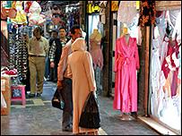 سيدة تنظر لزجاج محل ملابس داخلية في سوق الحميدية