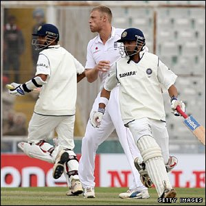 Rahul Dravid and Gautham Gambhir complete a run, watched by England's Andrew Flintoff