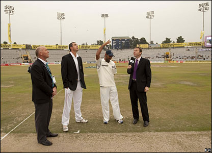 India captain Mahendra Dhoni tosses the coin, watched by opposite number Kevin Pietersen