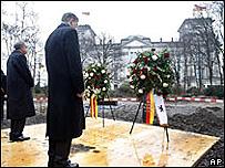 El ministro de Cultura Bernd Neuman y el alcalde de Berlin Klaus Wowereit en el lugar donde se erigirá el monumento.