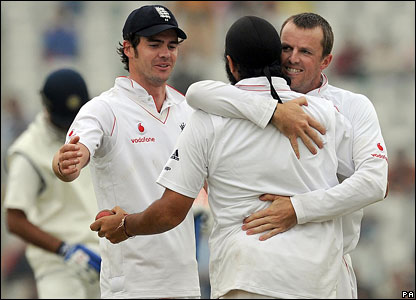 Graeme Swann hugs Monty Panesar after he catches Rahul Dravid