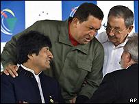 Evo Morales, Ra�l Castro, Hugo Ch�vez y Lula hablando durante la cumbre de l�deres latinoamericanos y caribe�os celebrda en Brasil el 16/12/08.