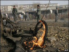 Afghan policemen stand near the site of an explosion outside the US embassy in Kabul (27 November 2008)