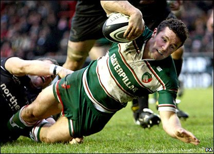 Aaron Mauger goes over for Leicester's second try of the match