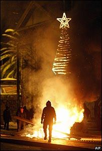 Jóvenes tratando de quemar un árbol de Navidad