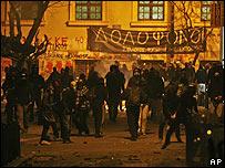 Disturbios en el centro de Atenas entre policías y manifestantes